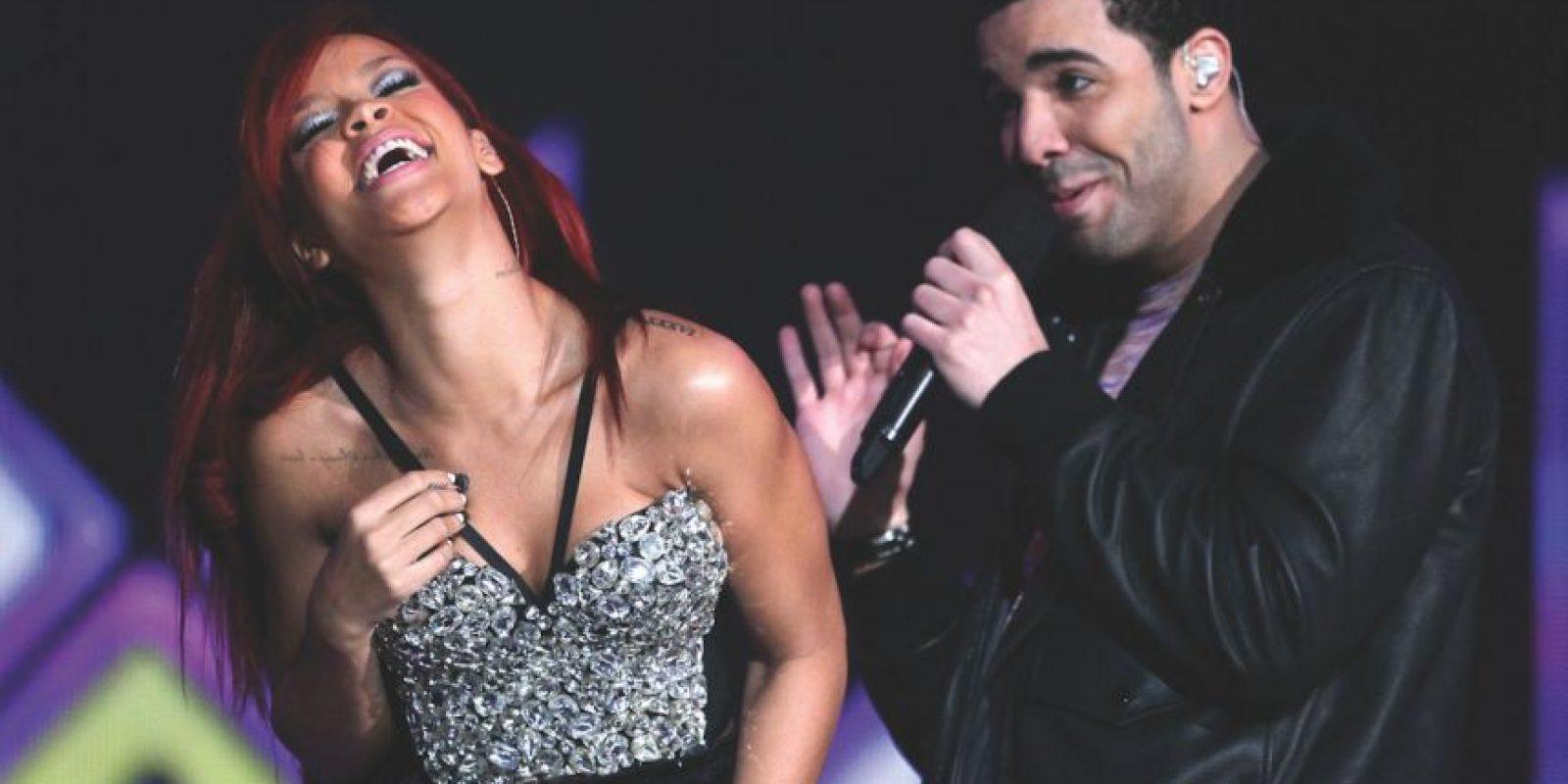 """Rihanna con Drake – """"¿What's My Name?"""" (2010) Oh, Rihanna, ¡tan coqueta! Fue el '¿están puestos, o no?' hit de club, que tenía a Rihanna sobrealimentándonos de tensión sexual, y el supuesto romance entre ella y Drake. El vídeo en sí tenía más avances sexuales más que una entrevista con Russell Brand. Foto:Getty Images"""