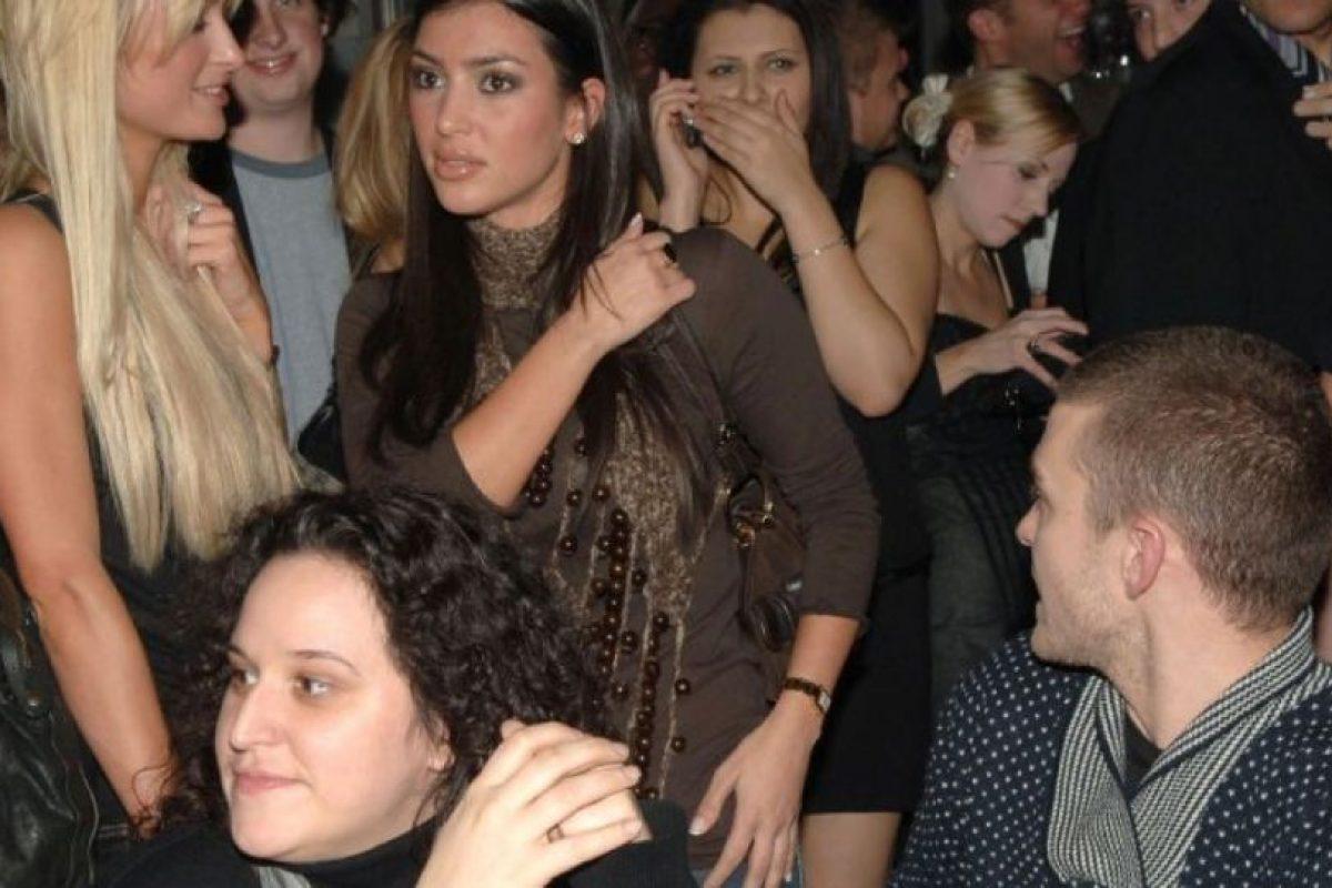 """Kim Kardashian fue su asistente. Hilton la trataba despóticamente, como se vio en """"The Simple Life"""". Luego, cuando Kim se hizo famosa, Paris afirmó que sin ella no habría sido nadie. Últimamente, cambió de opinión y ahora habla bien de la socialité. Foto:vía Getty Images"""