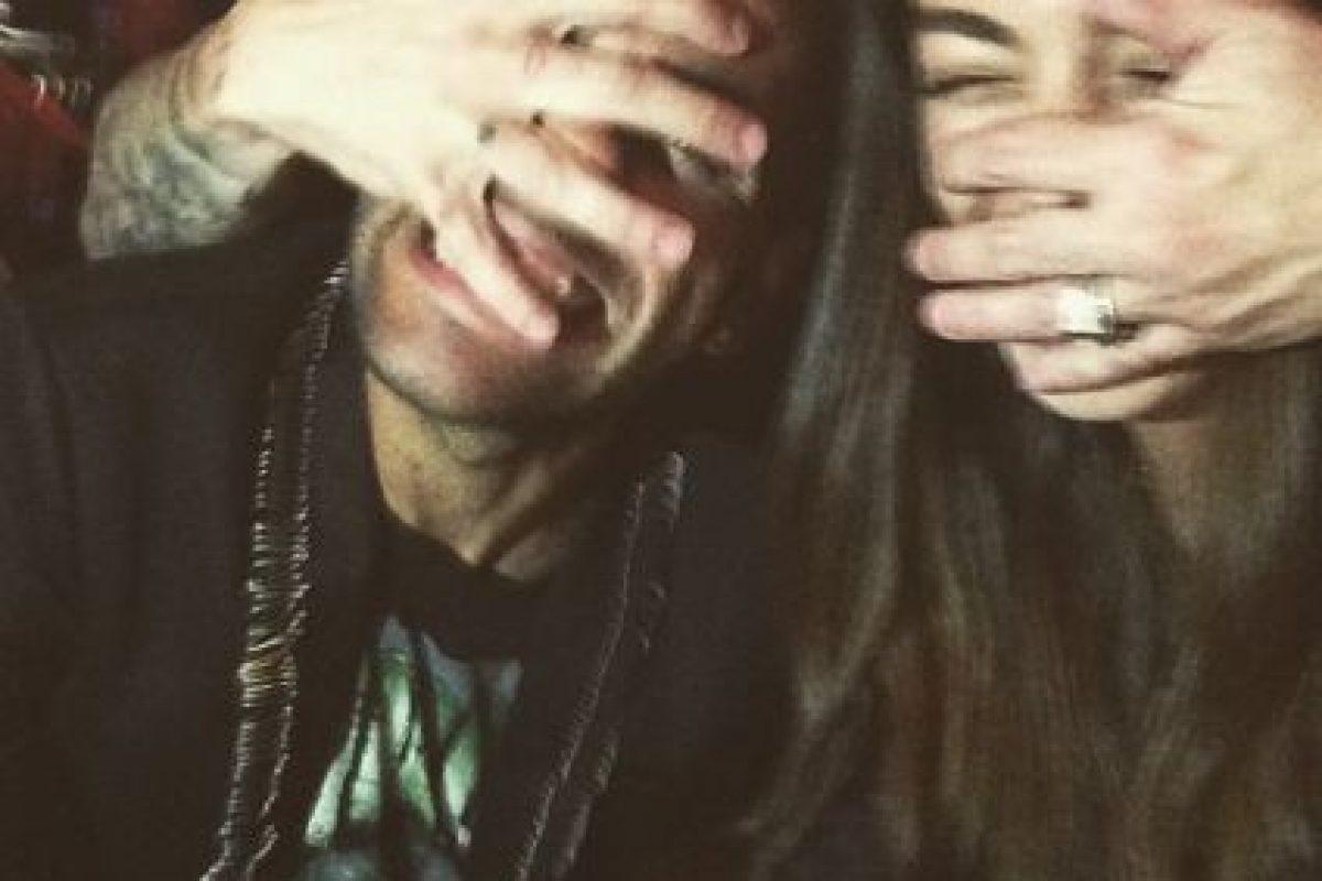 La modelo también publicó esta foto hace algunas semanas y en ella, un hombre le tapa el rostro a Joanna y a otro chico muy parecido a Alves. Foto:Vía instagram.com/joanasanz