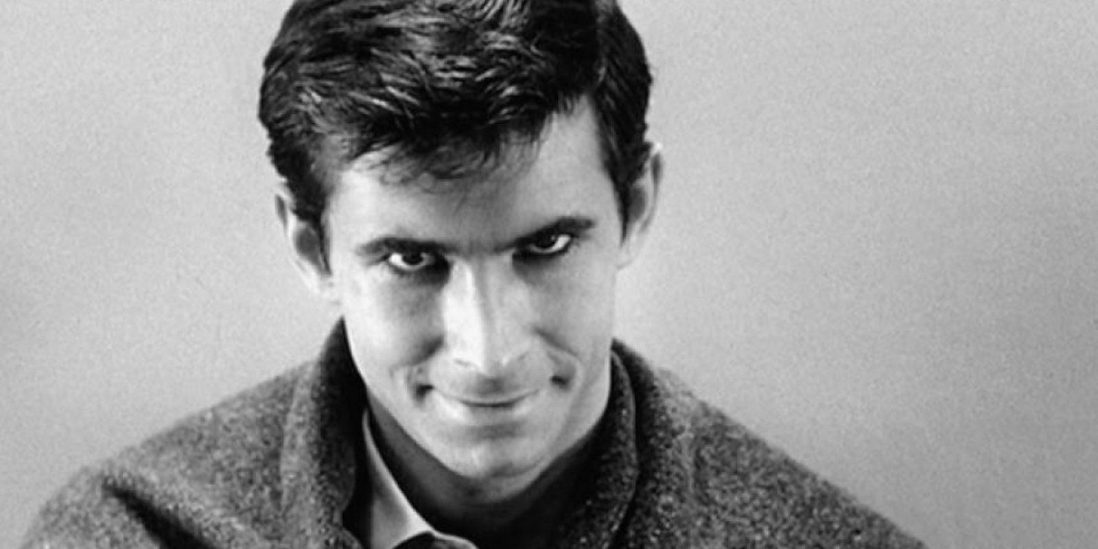 """Norman Bates es el protagonista de la trilogía de """"Psicosis"""". Desarrolla una perversa relación de dependencia emocional con su madre, Norma Bates, quien le enseña que las mujeres y el sexo son algo sucio. También tiene una relación medio incestuosa con ella. Foto:vía Universal Pictures"""