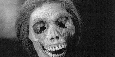 """Por eso cuando ella se consigue un amante, los mata a los dos con estricnina y embalsama el cadáver de ella. Comienza a vestirse como ella y a personificarla. """"La Madre"""" lo llevará a asesinar mujeres serialmente. Foto:vía Universal Pictures"""