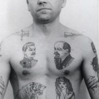 El cuchillo en cada hombro significa que ha cometido un asesinato dentro de la cárcel y que está disponible para cometer otro si hay una buena oferta para ello. Foto:Vía Fuel-design