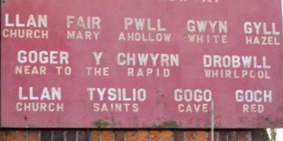 Llanfairpwllgwyngyllgogerychwyrndrobwllllantysiliogogogoch. Es un pueblo de Gales. Su nombre incluye 16 letras del alfabeto galés y 19 del inglés. Su traducción es: La iglesia de Santa María Foto:Tumblr