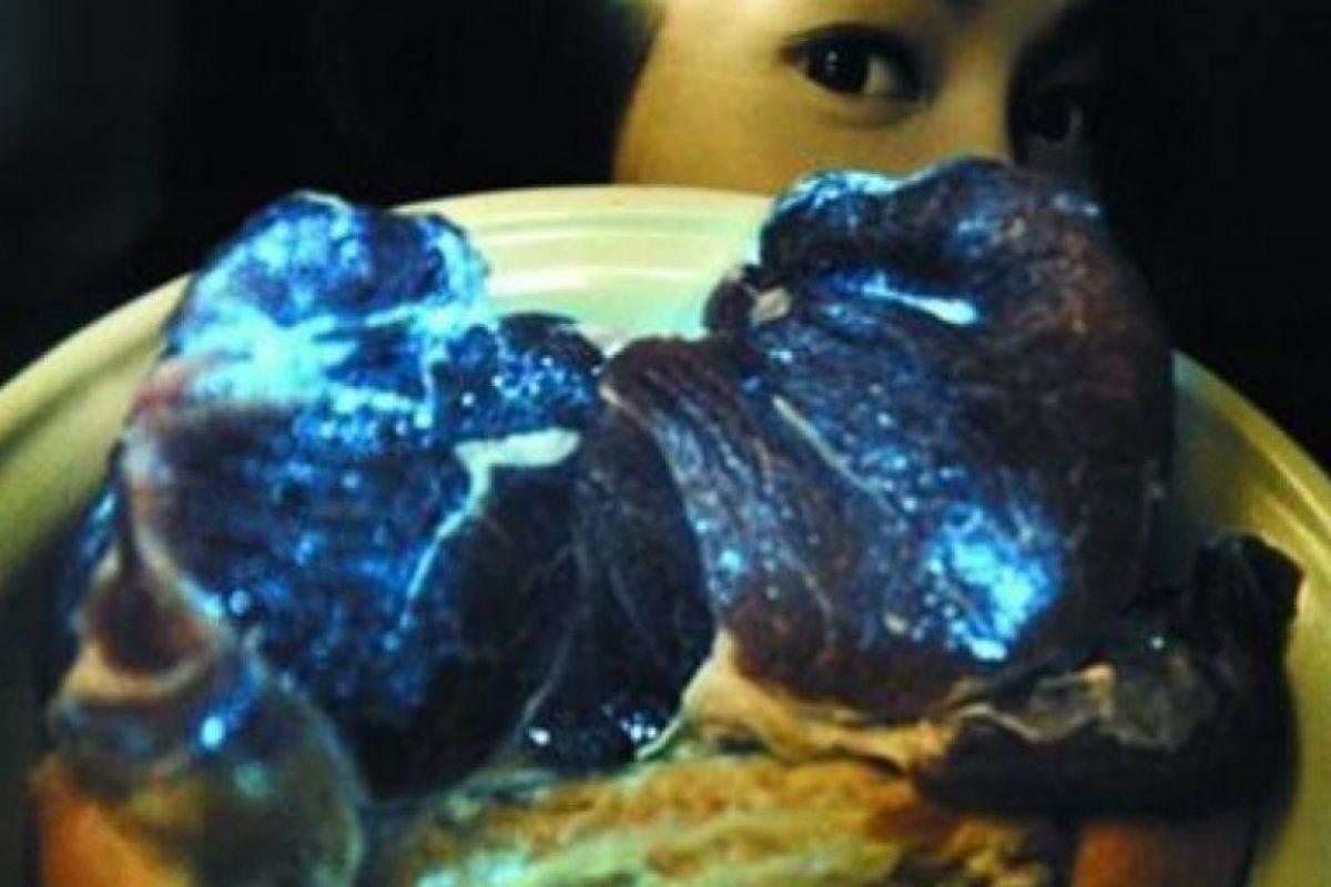 La carne fue enviada a especialistas, los cuales mencionaron que se debía a una bacteria secundaria. Expertos en alimentos del Departamento de Supervisión de la Salud de Shanghai dicen que la carne de cerdo que ha sido contaminada por bacterias fosforescentes sigue siendo segura para consumir después de cocinar Foto:Vía chinasmack
