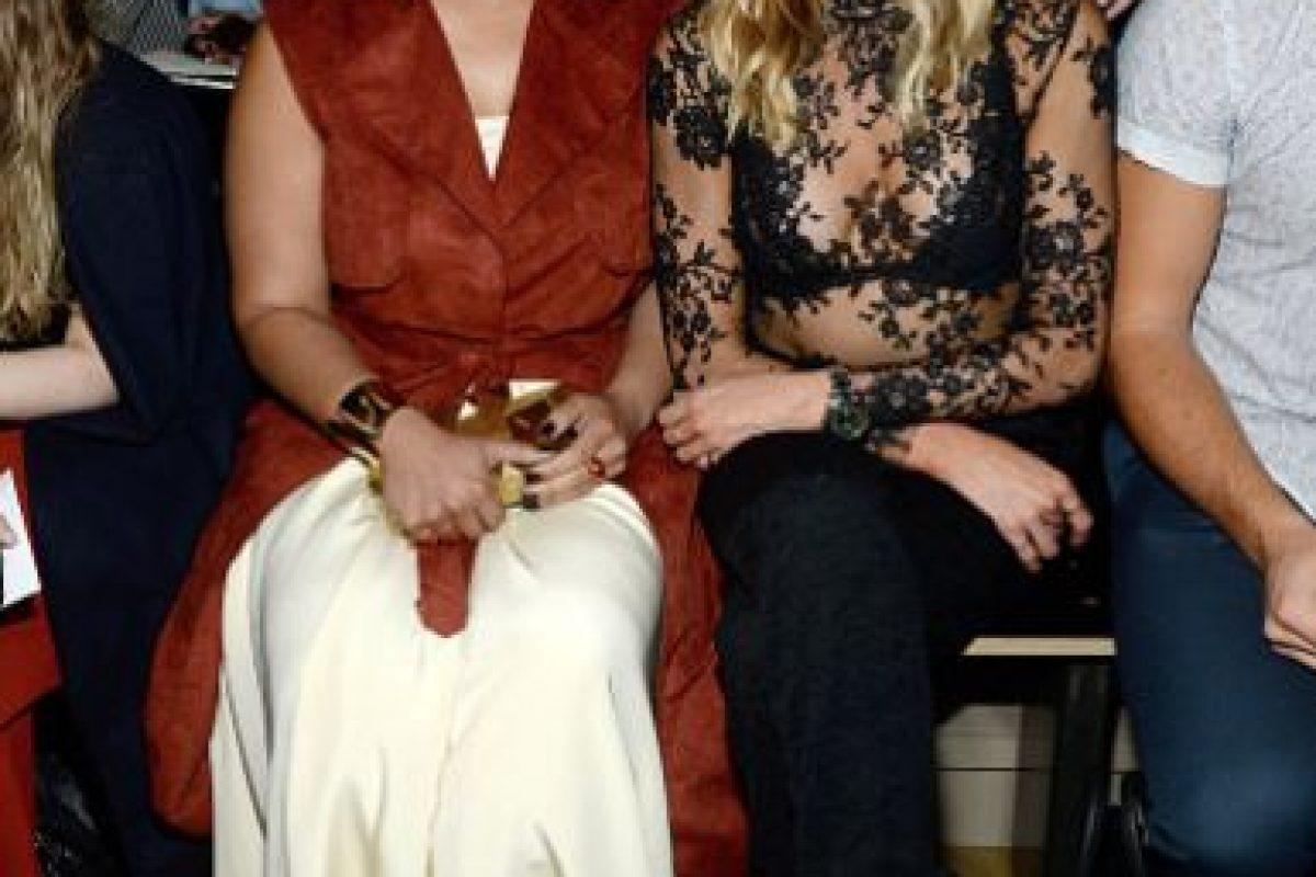 ¿Hay algo que en serio se pueda hacer por Dasha Polanco? Desde que apareció con ese desastre de vestido en los Emmy no levanta cabeza (la de la izquierda). Foto:vía Getty Images