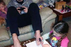 A él no le desagrada tener las uñas de los pies pintadas. Foto:Imgur