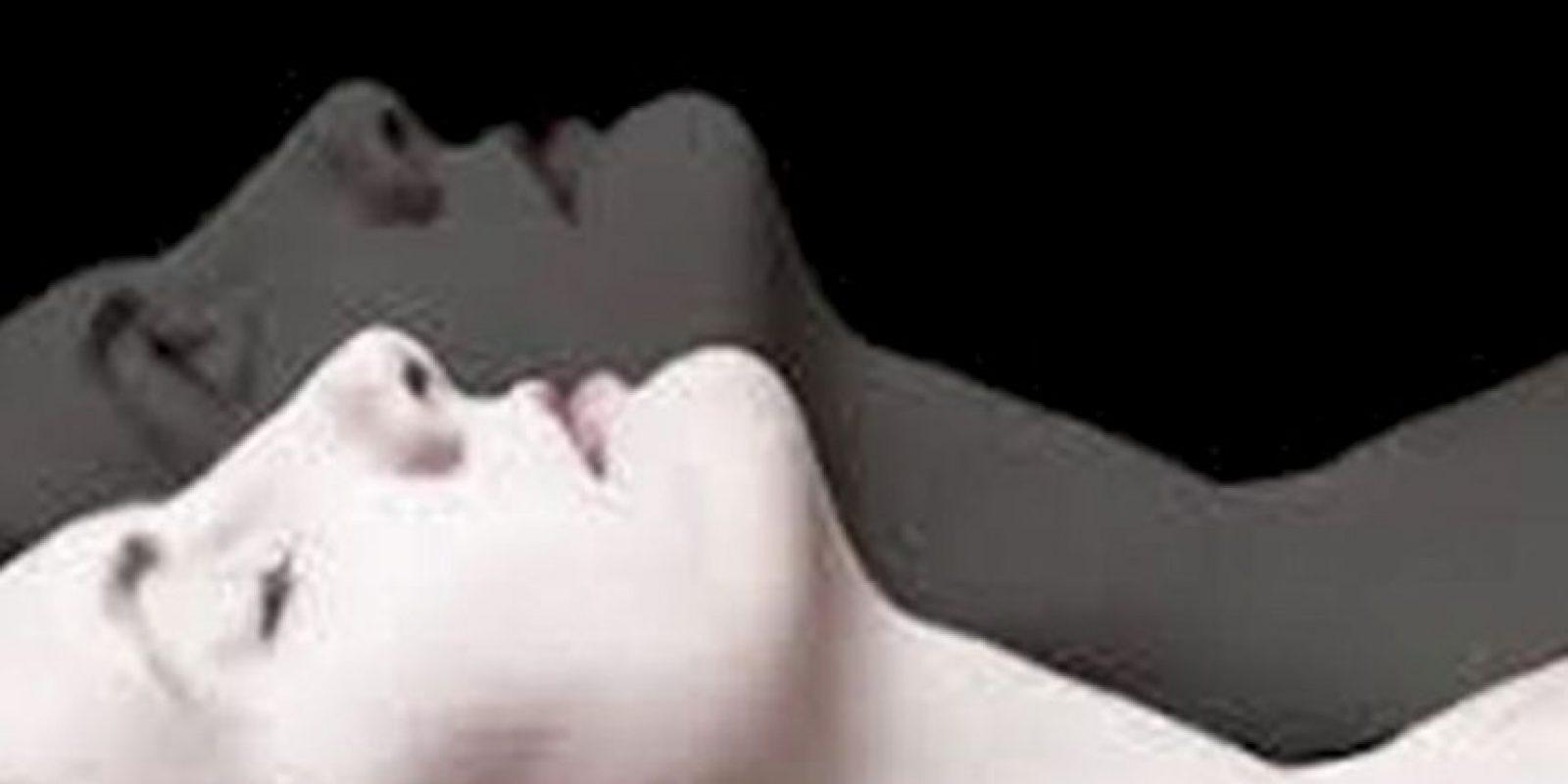 La fase REM, que es la parte donde el durmiente sueña, sufre anormalidades. Paraliza el cuerpo, pero el cerebro sigue despierto. Foto:vía Tumblr