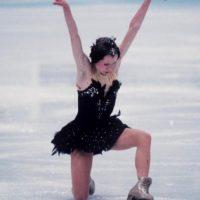 Si no nos creen, Oksana Baiul usó el mismo vestido con el que ganó el oro olímpico en 1994. Foto:vía Getty Images