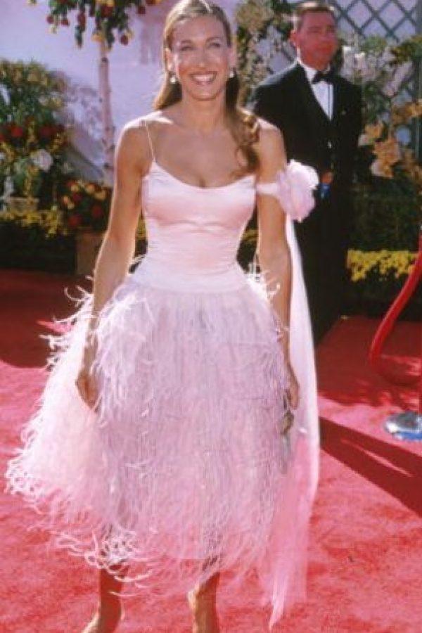 """Sarah Jessica Parker en 2001, recordando por qué nunca pudo despegarse de """"Carrie Bradshaw""""… y por qué Carrie a veces desconcertaba con su estilo. Ella desplumó al cisne de Björk. Foto:vía Getty Images"""