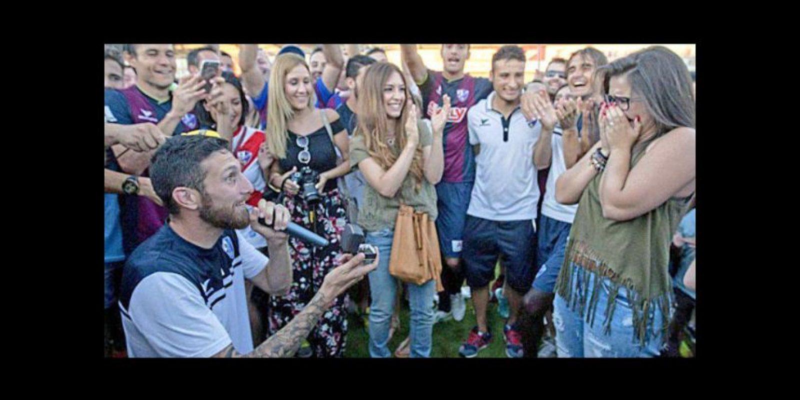 José Manuel Rojas, jugador del SD Huesca, celebró a su manera el ascenso de su equipo a la Liga Adelante (Segunda división de España) Foto:Vía witter.com/elena_261212