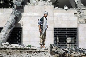 Un Hutí Shiita permanece en las ruinas de un hotel en Yemen Foto:AFP