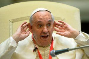 El Papa Francisco juega en un encuentro infantil en el Vaticano Foto:AFP