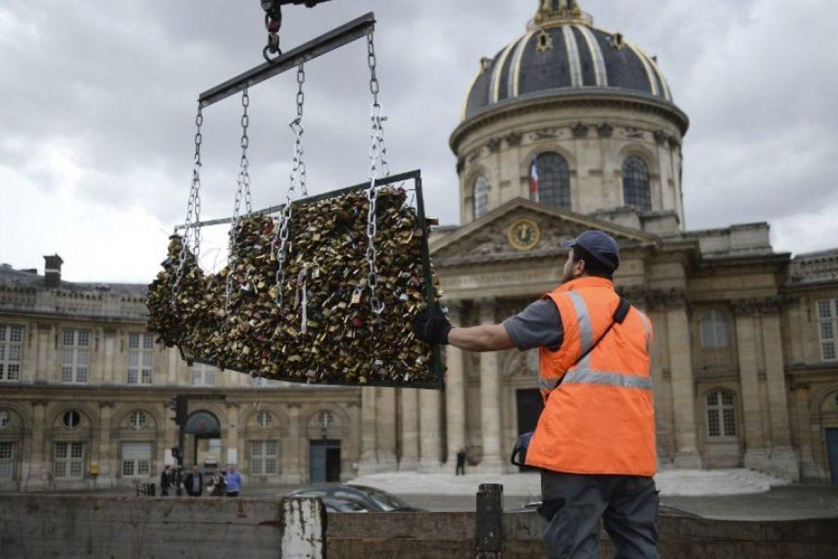 """Retiran los """"candados del amor"""" del Pont des Arts, en Francia Foto:AFP"""