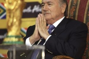 Sí. Estar a cargo de la FIFA no le da ningún tipo de inmunidad. Foto:AFP