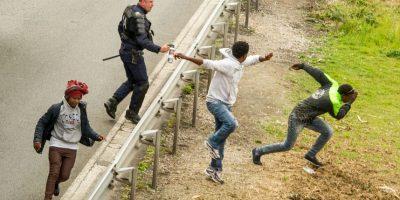 Migrantes huyen de la policía en Francia. Foto:AFP