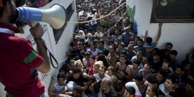 Caos entre policía y migrantes en estadio de fútbol en Grecia
