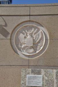 Escudo de armas estadounidense en el frontis de la embajada Foto:AFP