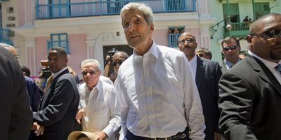 Al parecer fue más cómodo caminar por las calles sin corbata y saco. Foto:AFP