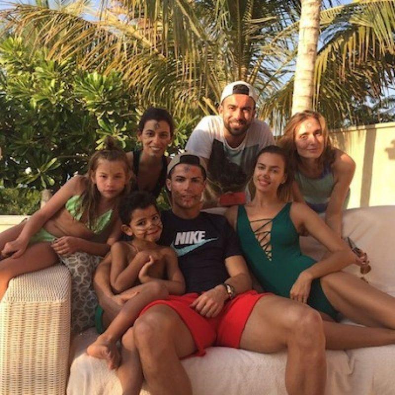 Junto a su entonces novia Irina Shayk, su hijo Cristiano Jr y unos amigos Foto:Instagram.com/Cristiano