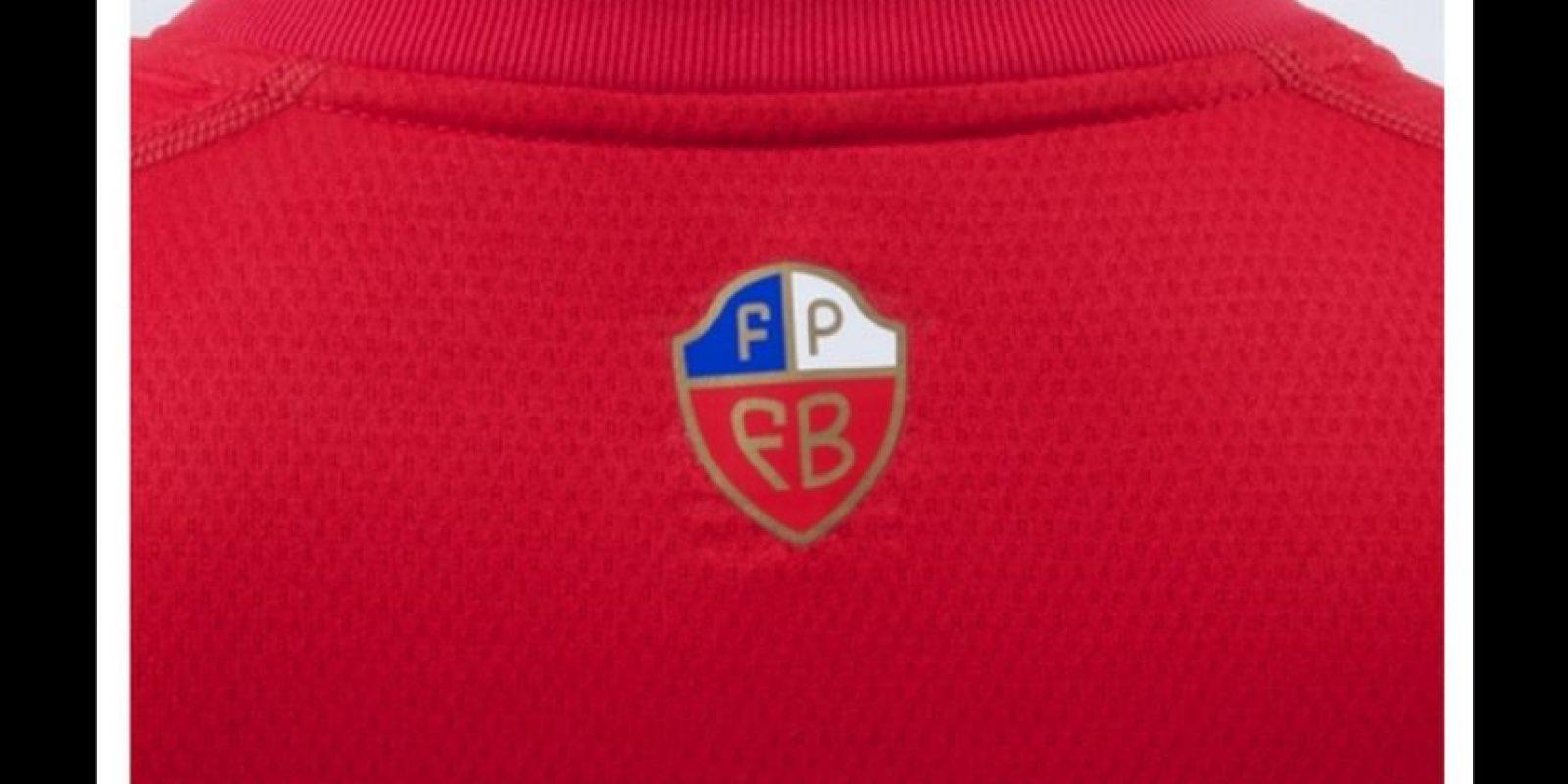 Este logotipo fue muy criticado por llevar los colores de Chile. Foto:Umbro
