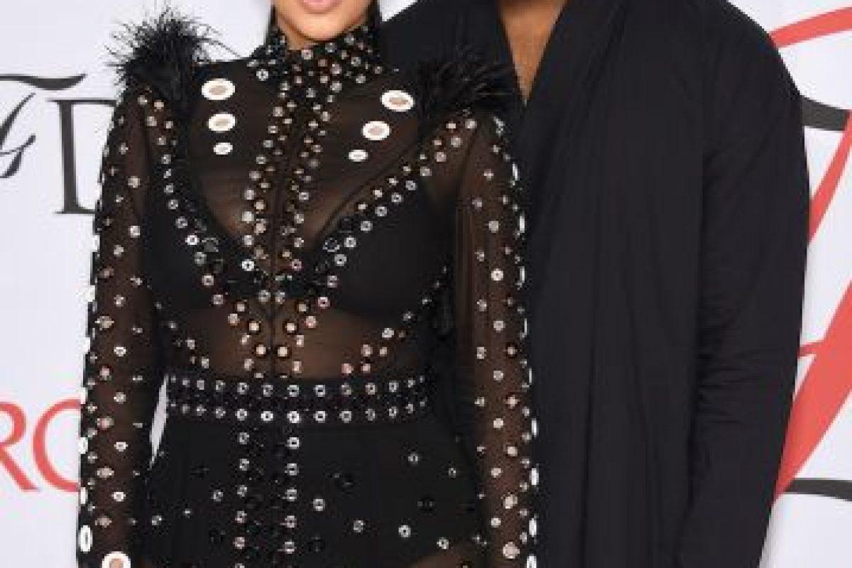 La estrella lució un vestido de la firma Proenza Schouler, confeccionado con transparencias y decorado con ojales metálicos. Foto:Getty Images