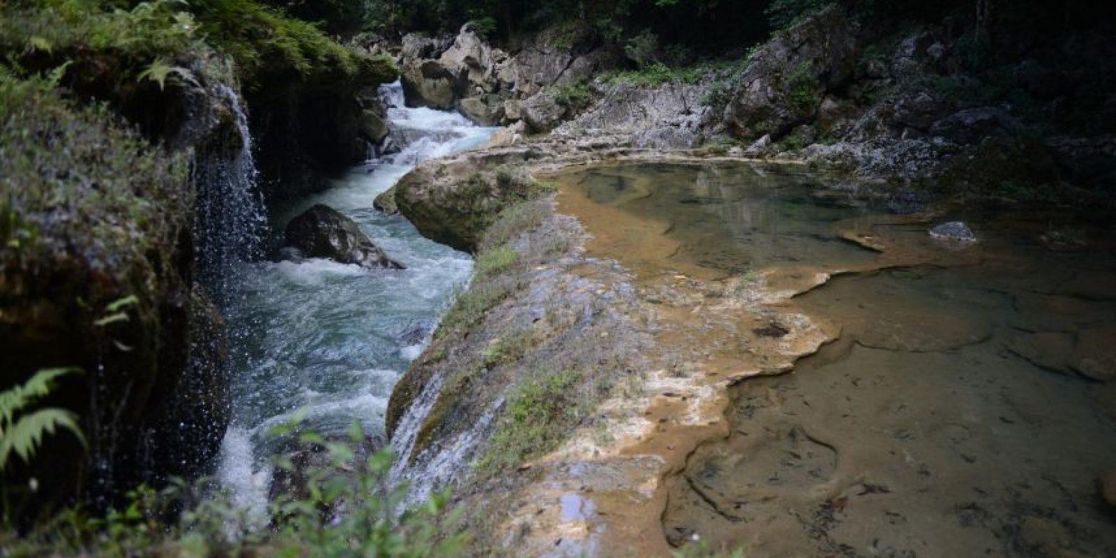 El río Cahabón pasa por debajo de las piletas de agua cristalina Foto:Oliver de Ros