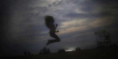 Una niña salta en la playa pública de Ramlet al Bayda en Beirut (Líbano). El velo impide que los demás vean las caras de las mujeres que llevan 'niqab'. El velo suele ir acompañado de ropas anchas que no solo cubren el cuerpo de la mujer también impide que se distingan sus formas. Foto:AP Photo/Hassan Ammar
