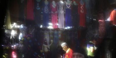 La vida diaria a través del 'niqab'. Tiendas del mercado Khan el-Khalili en El Cairo (Egipto). Los colores de los trajes que se venden en los puestos fundamentalmente turísiticos, quedan difuminados por el velo. Foto:AP Photo/Hassan Ammar