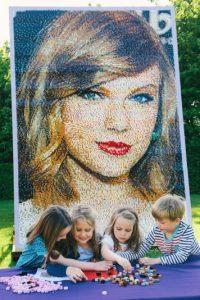 """Además de su reconocimiento en esta revista, el rostro de Swift fue inmortalizado con este retrato de piezas """"Lego"""" Foto:Getty Images"""