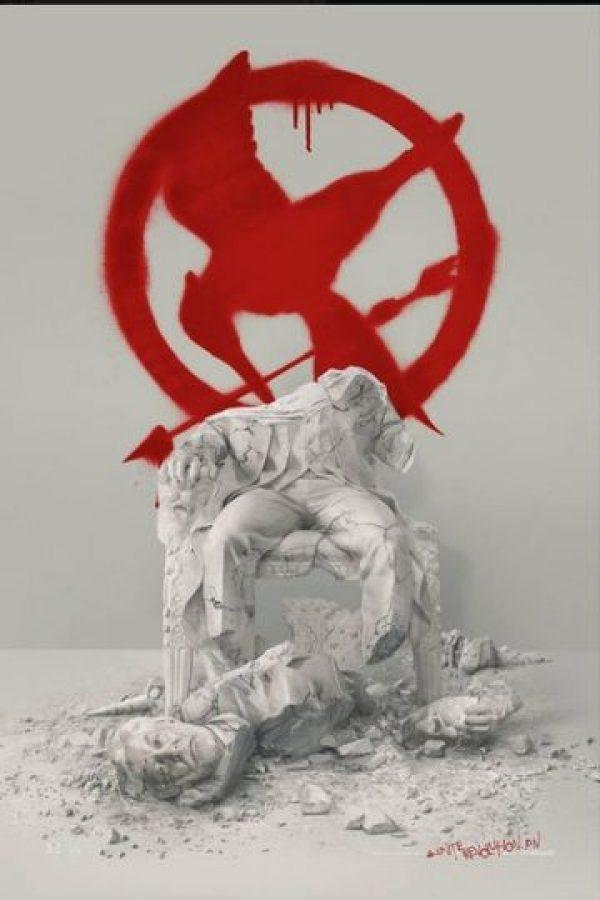 """Enorme Sinsajo rojo aparece detrás de la estatua hecha pedazos del presidente """"Snow"""" Foto:Facebook/LosJuegosDelHambre"""