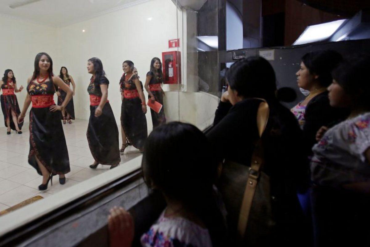 En esta imagen del viernes 22 de mayo de 2015, participantes de un concurso de belleza ensayan el desiile de presentación para el concurso Reina Indígena en Ecuador, en una sala de espera entre bambalinas del teatro Casa de la Cultura en Quito, Ecuador. Las participantes deben pertenecer a una comunidad indígena y dominar una lengua nativa. Foto:AP Foto/Dolores Ochoa