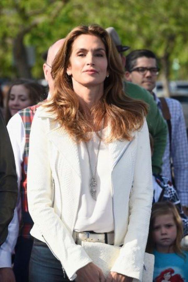 """La modelo se quitó la ropa para la revista """"V Magazine"""" en 2013, donde posó con solo unas botas y una manta de cuadros mientras estaba recostada en el pasto acariciando un perro. Foto:Getty Images"""