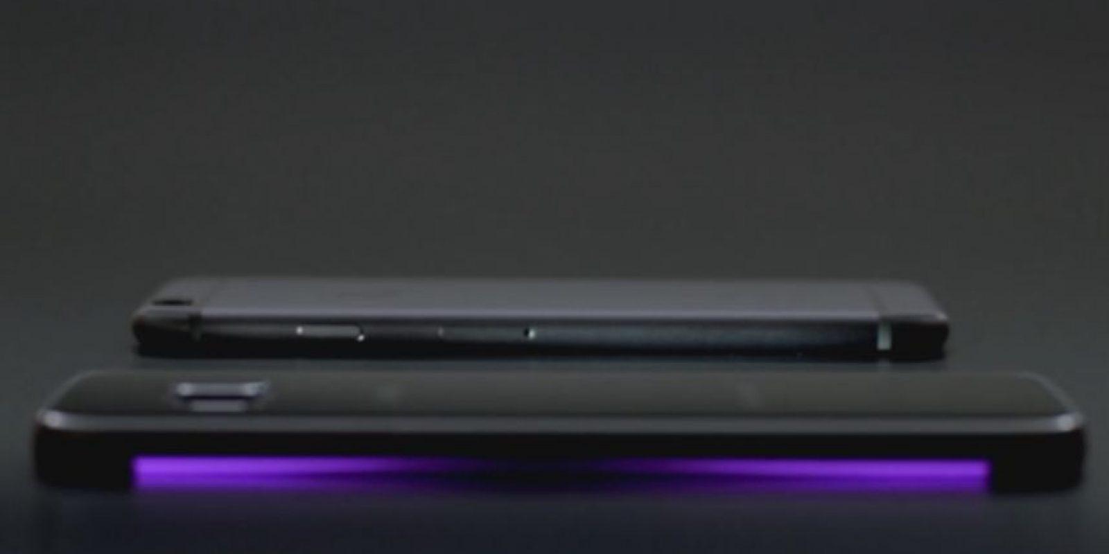 También tiene una luz LED y el iPhone 6 no posee esa cualidad. Foto:Samsung