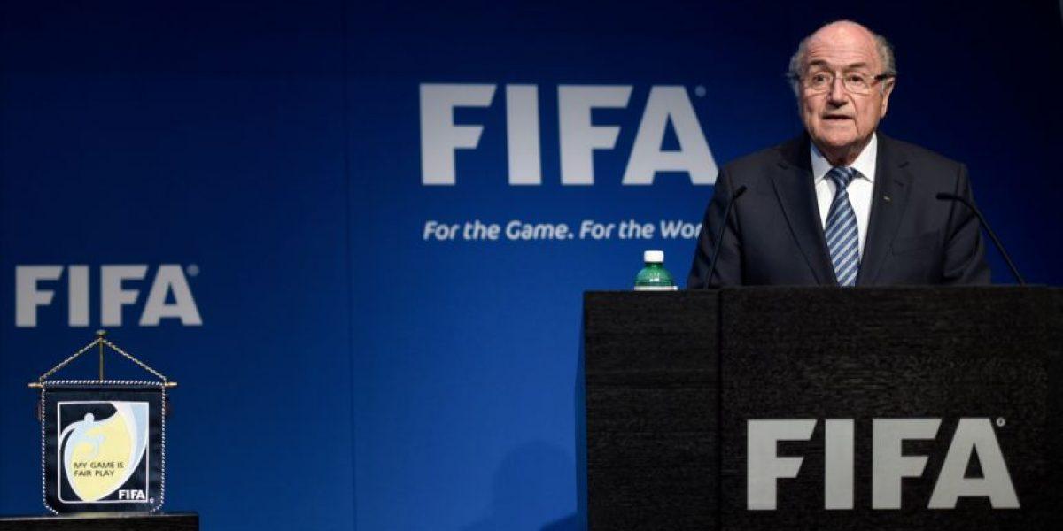 Blatter empieza a ser señalado por sobornos en la FIFA