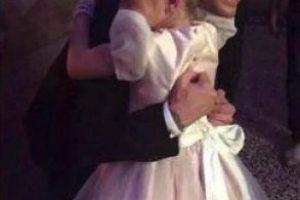 Los artistas cantaron y bailaron con los niños, que asistieron vestidos como príncipes y princesas. Foto:vía twitter.com