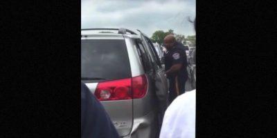 Una mujer de Nueva Jersey dejó a su pequeña de dos años encerrada en su camioneta mientras ella hacía compras. Foto:Vía Youtube