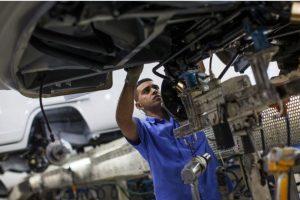 Un robot tomó a una persona por el pecho y la aplastó contra una placa de metal en la planta de Volkswagen ubicada en Frankfurt Alemania, así lo dio a conocer la empresa automotriz. Foto:Getty Images