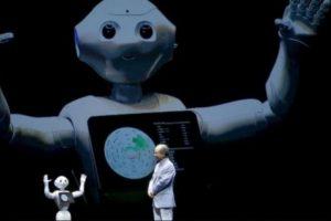 El robot que mide 120 centímetros de altura y pesa 27 kilogramos se vendió en un total de mil 800 dólares, incluida la actualización de datos y un seguro. Foto:AP