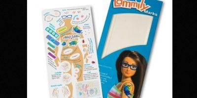 """Al igual que Barbie, Lammily incluye unos stickers llamados """"marcas Lammily"""". Celulitis, estrías, acné, etc … nadie quiere hablar de ello porque la gente se avergüenza de tenerlo"""", explica Lamm que quiere traer estos """"defectos"""" normales en la corriente principal. Y añade: """"Recuerdo que Demi Lovato dijo por Twitter que ella quería que las muñecas tuvieran celulitis y un amigo mío sugirió que deberían también tener stickers de acné y todas las otras marcas"""". Foto:Lammily"""