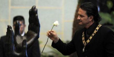 Ricardo Arjona devuelve la Orden del Quetzal en Consulado de Nueva York