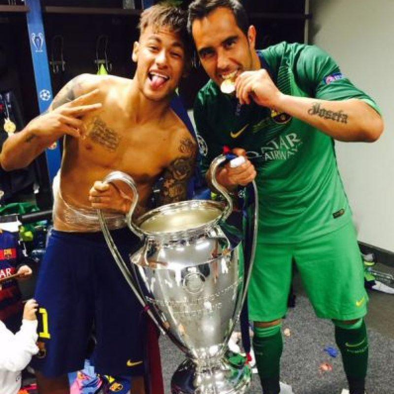 Sin embargo, para la UEFA, el arquero chileno y otros tres jugadores del Barça no figuran en la lista de campeones. Foto:Vía twitter.com/C1audioBravo
