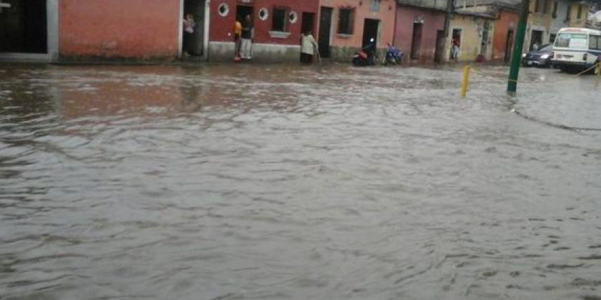 Fotos. Lluvia inunda las calles en La Antigua Guatemala