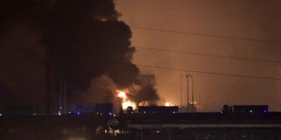 Una gran bola de fuego y una columna de humo se pudo ver en toda la zona. Foto:AP