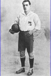 En la primera Copa América de la historia, Uruguay, que terminó campeón, fue dirigido por un joven de 23 años. Se trataba de Alfredo Foglino, quien también jugaba como defensa central. Foto:Wikimedia