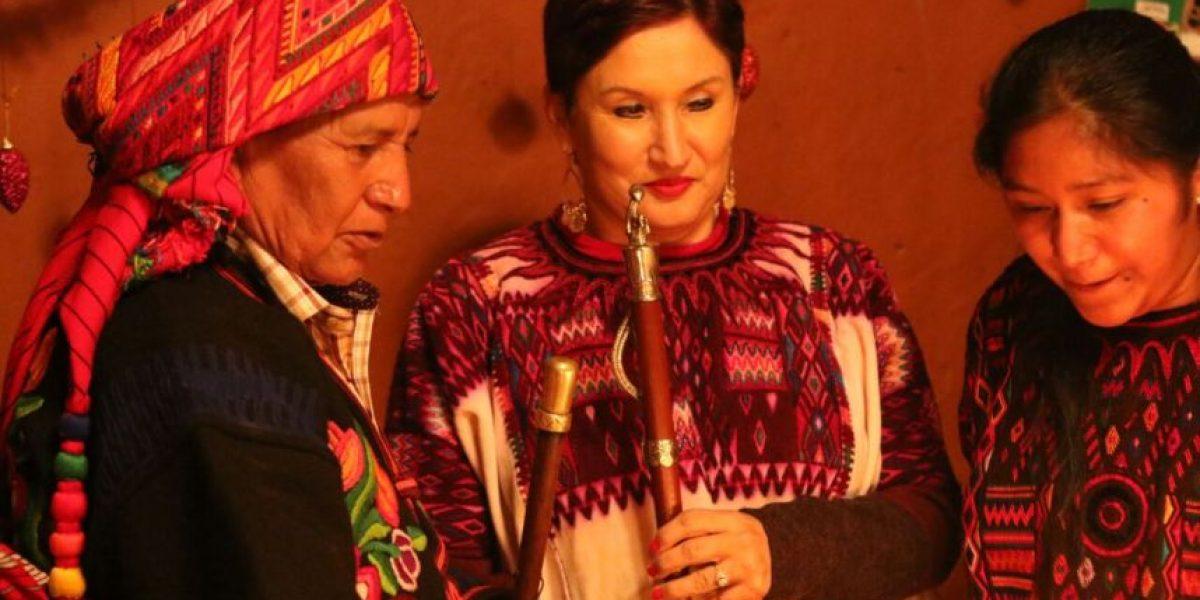 Autoridades indígenas honran a la fiscal general Thelma Aldana durante una ceremonia