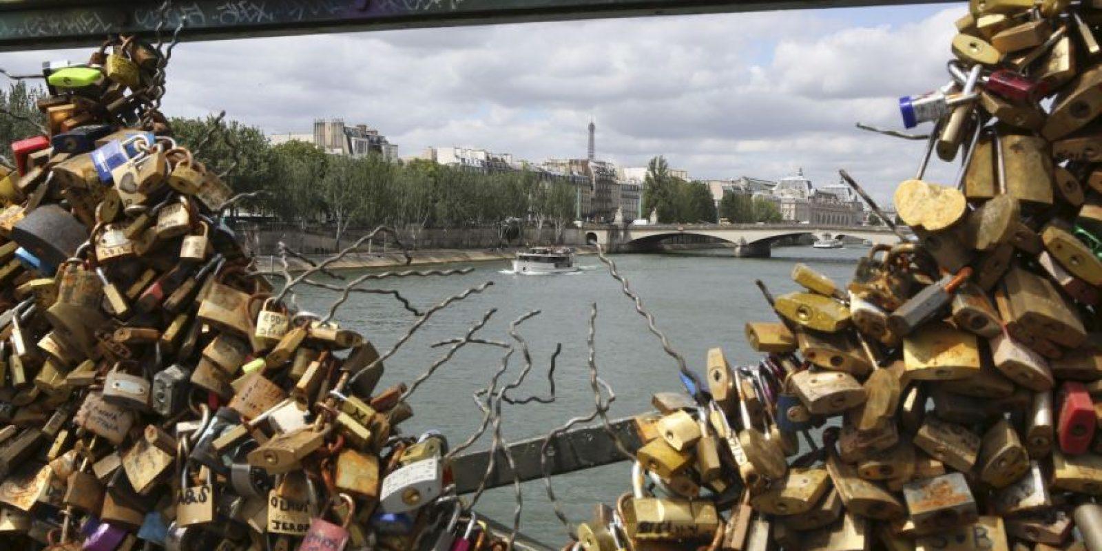 Las autoridades planean quitar 45 mil kilográmos de candados. Foto:AP