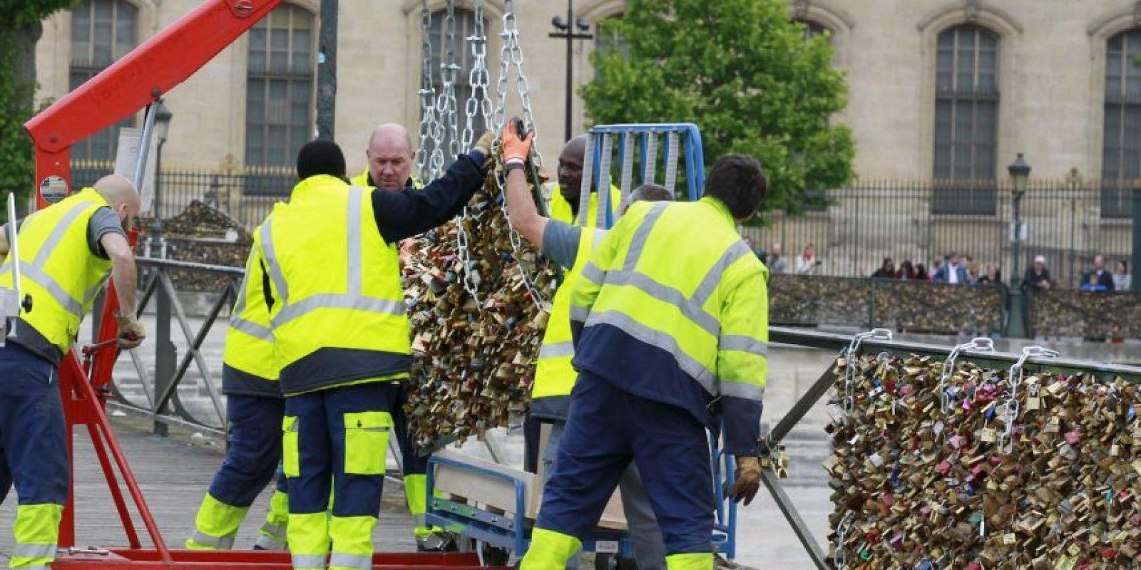 París se despidió hoy y para siempre de los miles de candados que colgaban en el puente Pont des Arts. Foto:AP