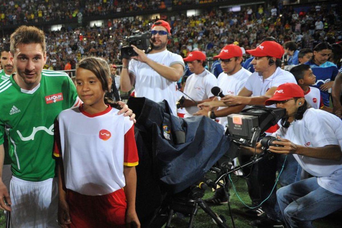 Leo tomándose fotos con los niños. Foto:Getty Images