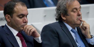 Al Hussein cuenta con el apoyo de Europa, salvo Rusia. En la imagen aparece junto a Michel Platini, exfutbolista y presidente de la UEFA. Foto:Getty Images