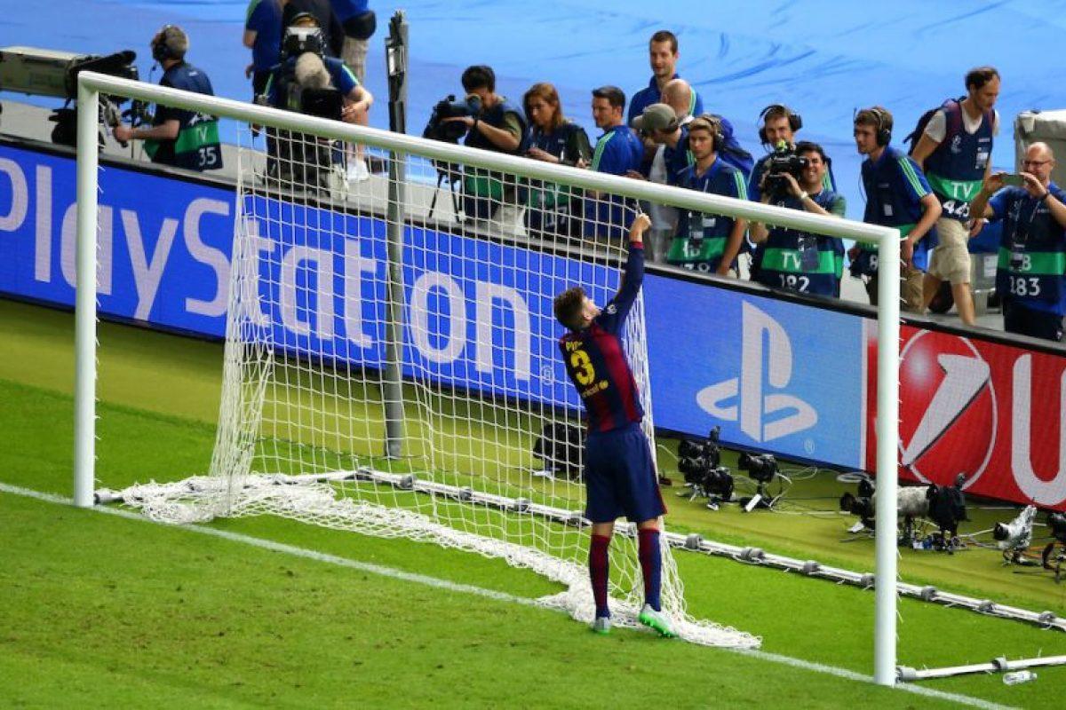 El defensor, imitando a los jugadores de básquetbol, se llevó las mallas de la portería Foto:Getty Images